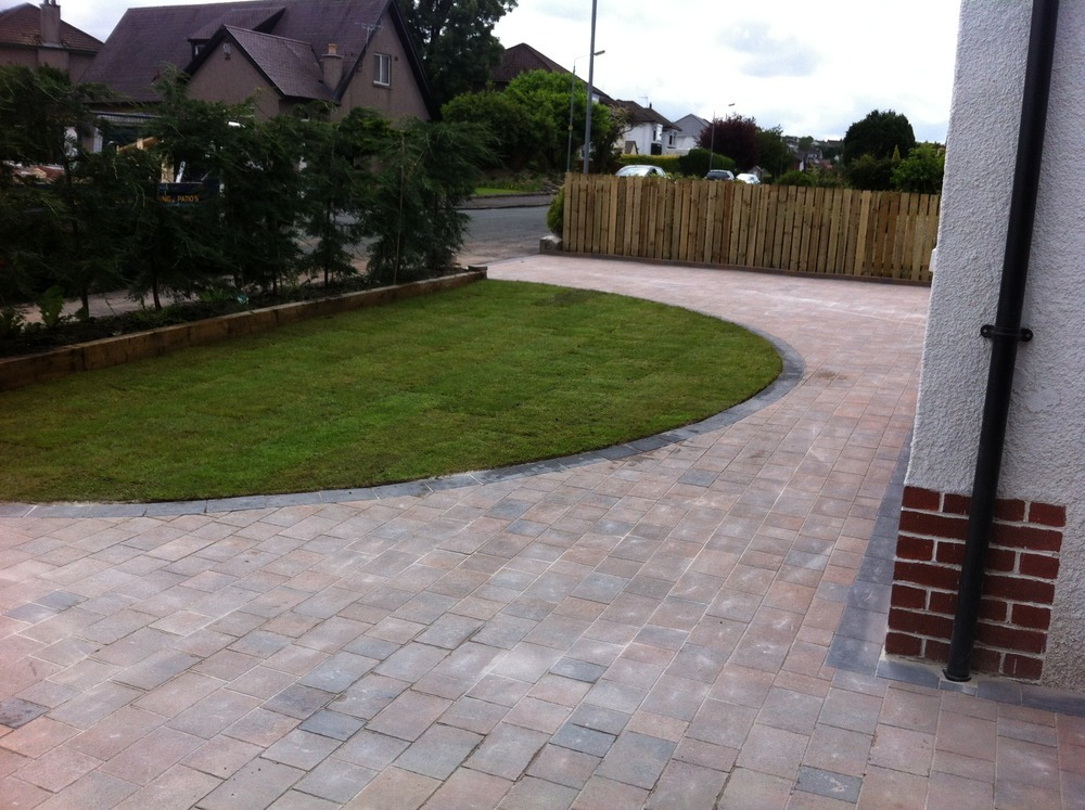 Pavers around gravel driveway sista finds pinterest Semi circle driveway designs